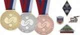 Металлические значки и спортивные медали.